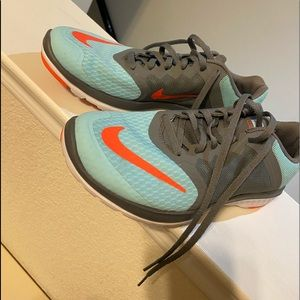 Nike tennis shoes wore once size 8